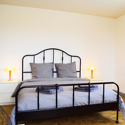 """Le lit de la chambre """"les arènes"""" de la maison d'hotes gay dans le Sud """"la Bastide de la Dougue"""" à Congeniesprès de Nimes"""