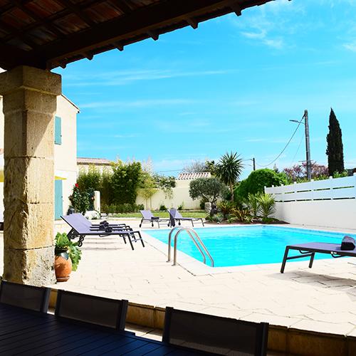 """La piscine, la terrasse, le jardin de la maison d'hôtes gay dans le Sud """"La bastide de la Dougue"""""""